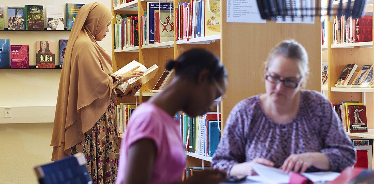 genrebild på elev i bibliotek
